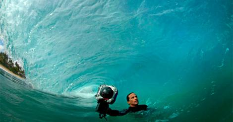 Clark Little, le photographe qui surf sur la vague