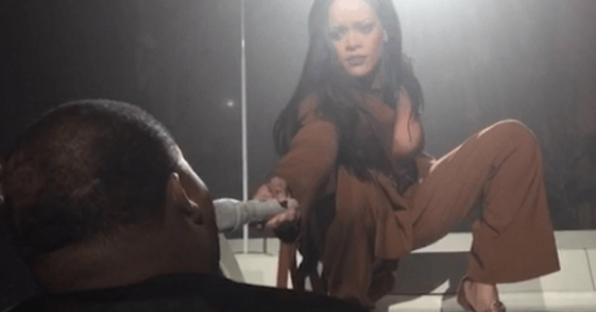 When Rihanna gave her mic to a fan, she had no idea THIS would happen [VIDEO]