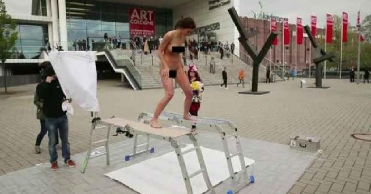 Swiss performance artist gives birth to painting! [VIDEO]