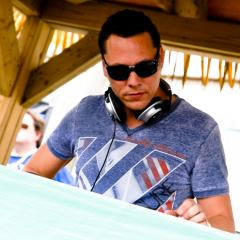 Beach Club: bikinis et Tiesto